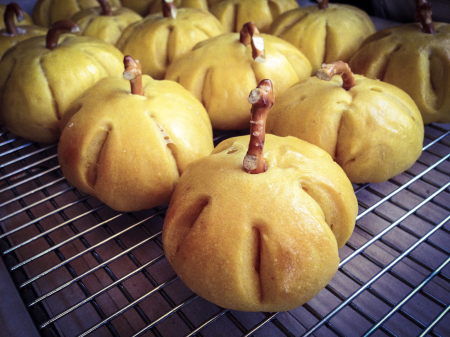 141122 thanksgiving pumpkin rolls