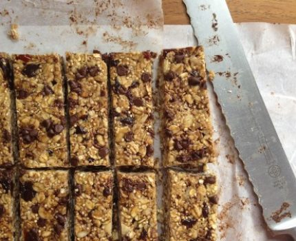 recipe for healthy, high-protein, low-sugar, chewy granola bars made with quinoa, oats, almonds, for picky eaters